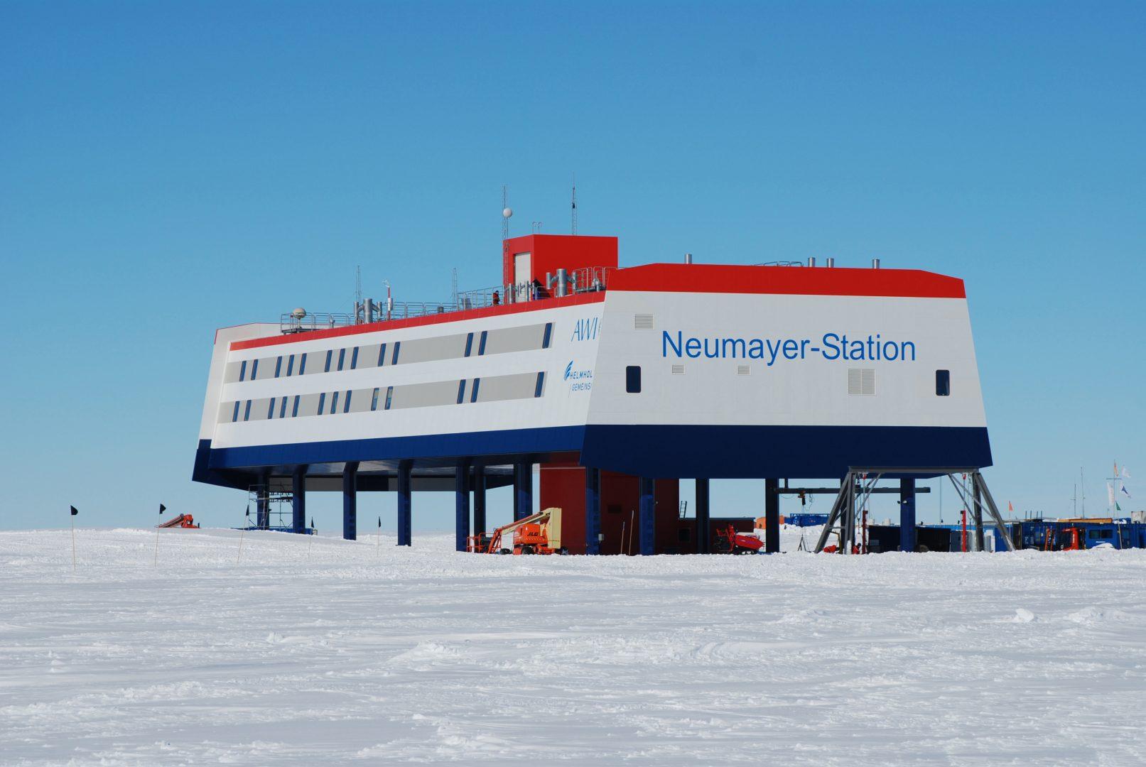 A Neumayer III-at az Alfred Wegener Intézet Helmholtz Sarki és Tengeri Kutatóközpontja működteti.