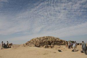 Négy és félezeréves lépcsős piramis