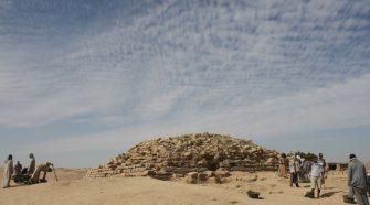 A gízai Nagy Piramisnál néhány száz évvel idősebb, mintegy 4600 éves, lépcsős piramis került elő amerikai régészek segítségével. Egyiptom.