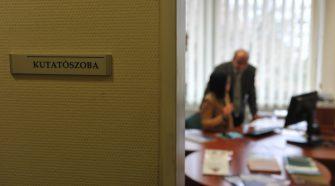 Kutatószobát alakítottak ki a KSH Szegedi Főosztályán, amit sajtótájékoztató keretében mutattak be a meghívottaknak. Képen: Lengyel Imre professzor, Németh Zsolt, KSH elnökhelyettes a kutatószobában. Fotó: Karnok Csaba
