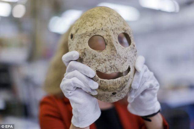 9000 éves kőálarcaiból rendeztek kiállítást a jeruzsálemi Izrael Múzeumban.