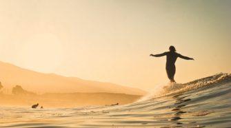 Fotó Bryce-Johnson-Szörfös, aki Óriáshullám segítségével gyógyította szembetegségét - TUDOMÁNYPLÁZA