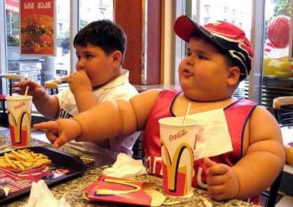 Gyerekek gyorsétteremben Rohamos elhízás Mexikóban