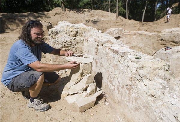 Wilhelm Gábor, a Kecskeméti Katona József Múzeum régésze szerint a júniusban kezdődött, pusztatemplomnak vélt romok feltárásakor egy Árpád-kori templom téglafalai kerültek a felszínre.