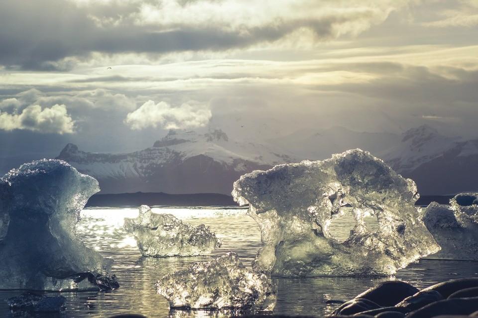 Először mérik a tengeri jég vastagságát az Antarktisz térségében elektromágneses mélységmérővel.