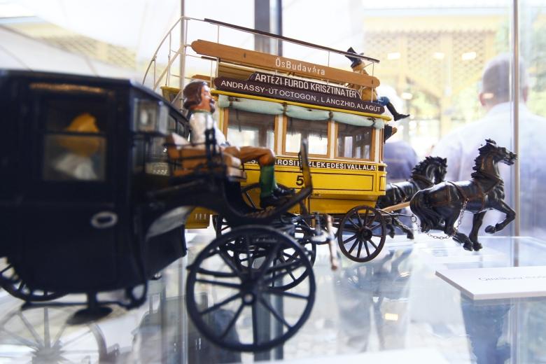 Az autentikus helyszínen, a tavaly megnyílt Lóvasút Kulturális Rendezvényközpontban, az egykori lóvasúti végállomás felújított műemléki épületében megnyílt kiállításon a XII. kerület, pontoosabban Zugliget közlekedéstörténete elevenedik meg térképeken, archív fényképeken, járműmodelleken és eredeti tárgyakon keresztül.