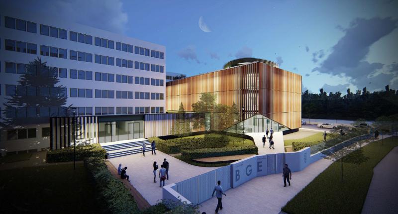 A kollégium földszintjének átalakítására adott javaslat meggyőző, az előcsarnok és a hallgatói központ közötti kapcsolatot biztosító (inkább csak kényelmes közlekedőként funkcionáló) agora megfelelően vezet át az új épület tágas aulájába.