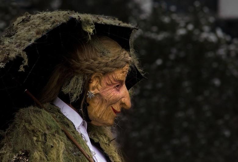 Német nyelvterületen élő hagyomány Perchta asszonyé, aki hasonló szerepet tölt be, mint a Mikulás.