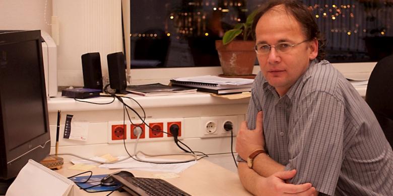 Vellai Tiboregyetemi tanár, a TTK Genetikai Tanszékvezetője, aki az MTA támogatásával 2017-ben hozta létre az öregedési folyamat mechanizmusát vizsgáló kutatócsoportját