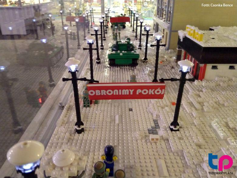 Az egyik nagyméretű akváriumban a lengyel 1981-es hadiállapot kihirdetése van lemodellezve Lego-ból.