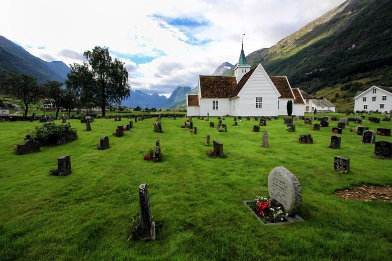 A sírok a település felé néztek. A középkori temetkezés rendjét őrzik a templom körüli temetők.