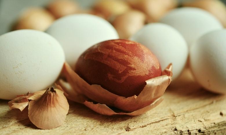 Vörösbarna tojásokhoz a vöröshagyma burokleveleit hántsuk le és annyi vízben főzzük, amennyi éppen ellepi.