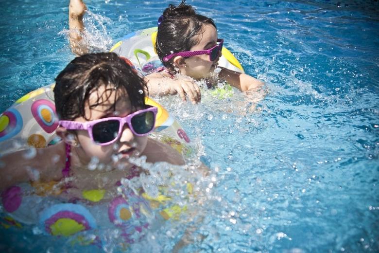 A megfelelő napszemüveg gyerekeknél is ugyanolyan fontos, emellett széles karimájú kalap viselése ajánlott még borúsabb időben is.