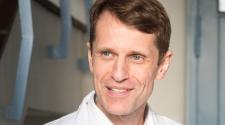 Roska Botond Svájcban élő neurobiológus kutatásait az emberi látás visszaállításának szenteli.