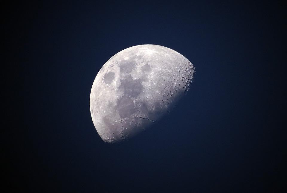 A Hold szénionokat bocsát ki a teljes felszínén