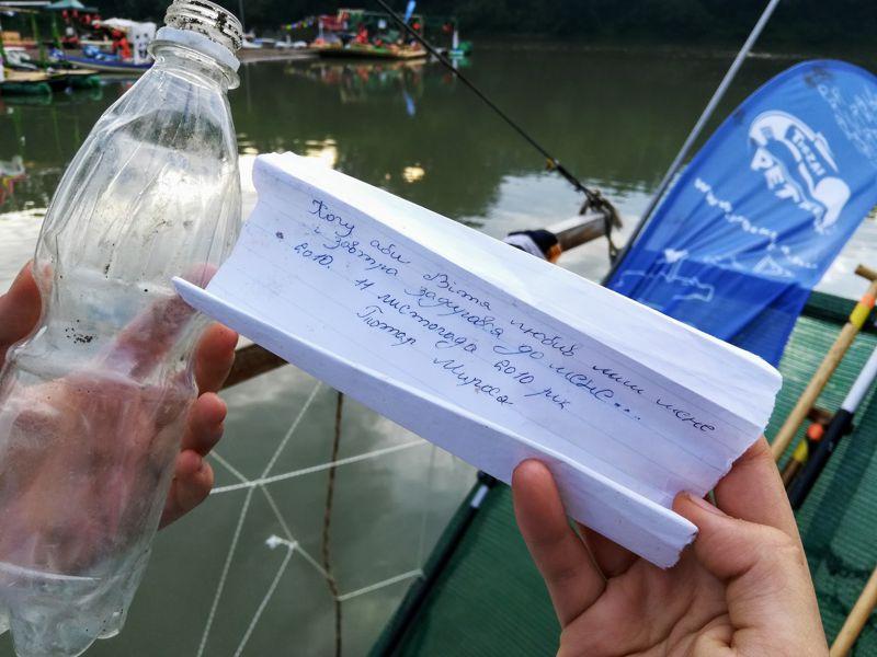 Jeladó palackokkal kutatják a hulladék útját