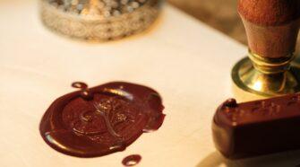 A bélyegző története nagyon messzire nyúlik vissza. Már a XI. században, Szent László és Kálmán király korában létezett úgynevezett billog.