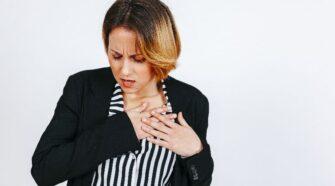 A stroke tüneteit nehéz felismerni és ez nagy probléma. Tudatosan kell odafigyelni a jelekre bénulás és azonnali segítséget kell hívni!
