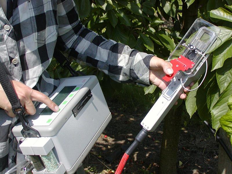 A levelek gázcseréjének vizsgálatára alkalmas műszerrel mérik a fotoszintézis és párologtatás intenzitását.