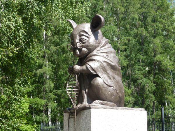 A Laboratóriumi egér emlékműve Novoszibirszkben Forrás: Wikipedia