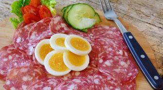 Okos tojás, vegetáriánus zöldségszalámi, speciális takarmány