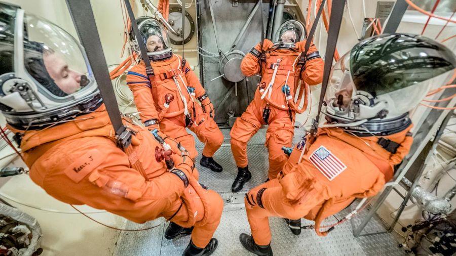 Az ACES-be öltözött űrhajósok vákuum-teszten vesznek részt. Forrás space.com