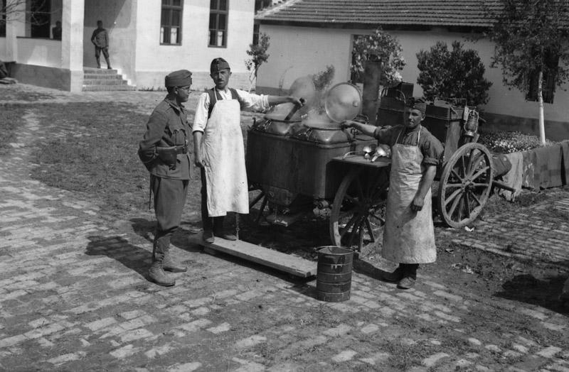 A hadtáp másik elengedhetetlen áldása a kenyér mellett, a gulyáságyú étkei. Forrás: Fortepan