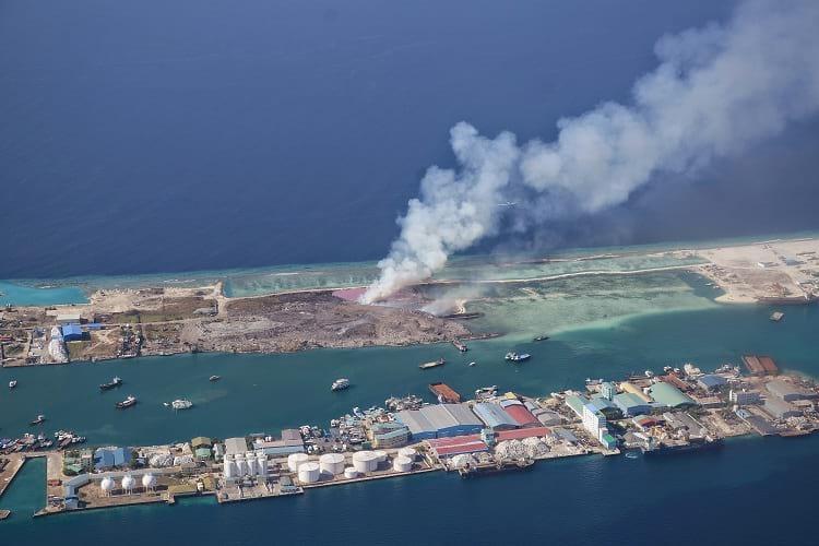 Thilafushi szigetére szállítják az összes hulladékot, plasztik szemetet, ezért innen szinte állandóan füst gomolyog. Forrás: STSTW Media