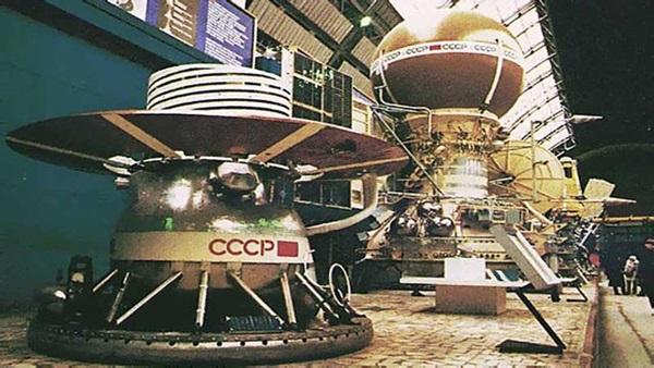 A Venyera-13 szondája és sorban utána a többi fennmaradt kapszula. Forrás: astronomy.com